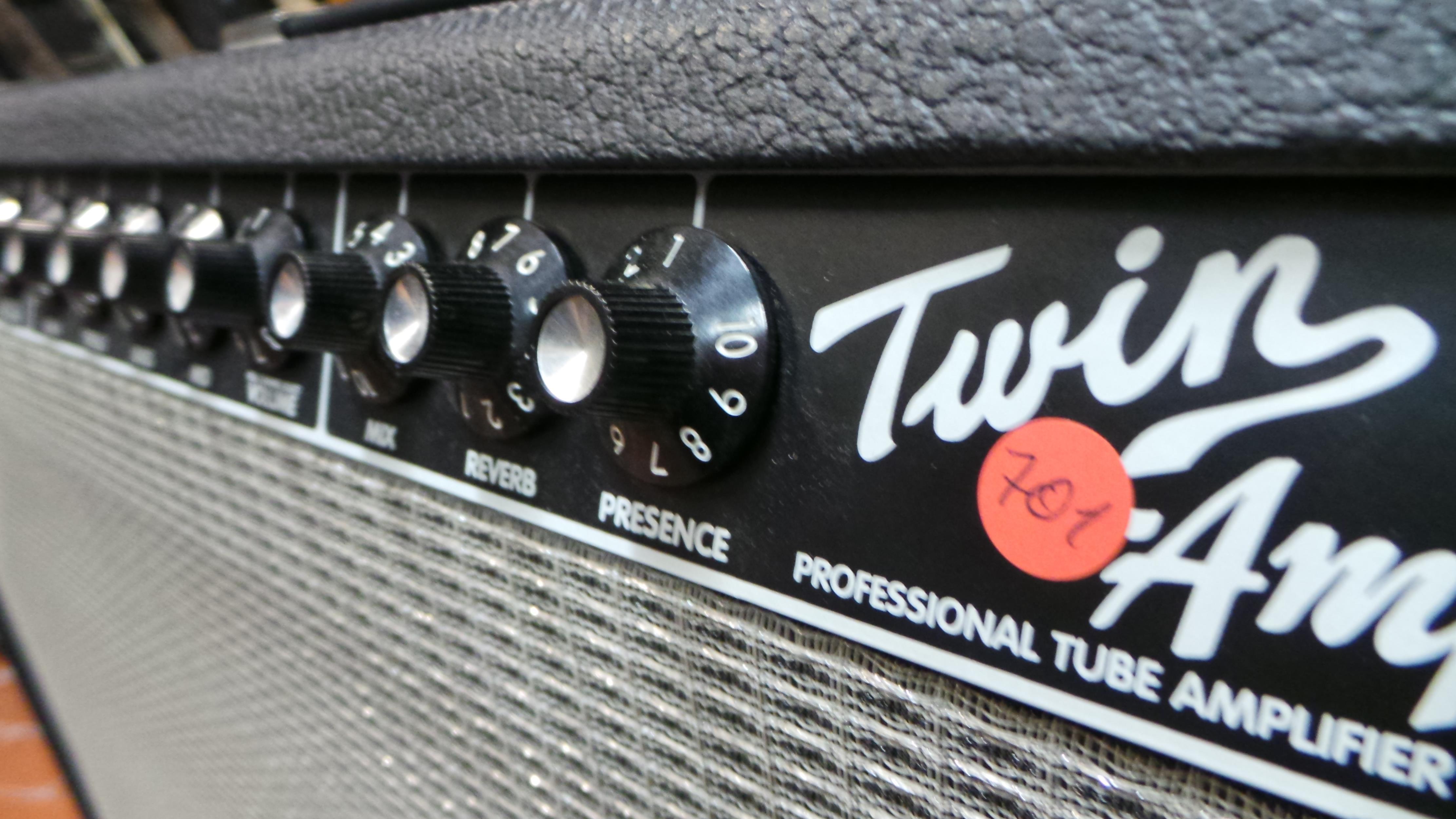 FENDER TWIN AMP ..