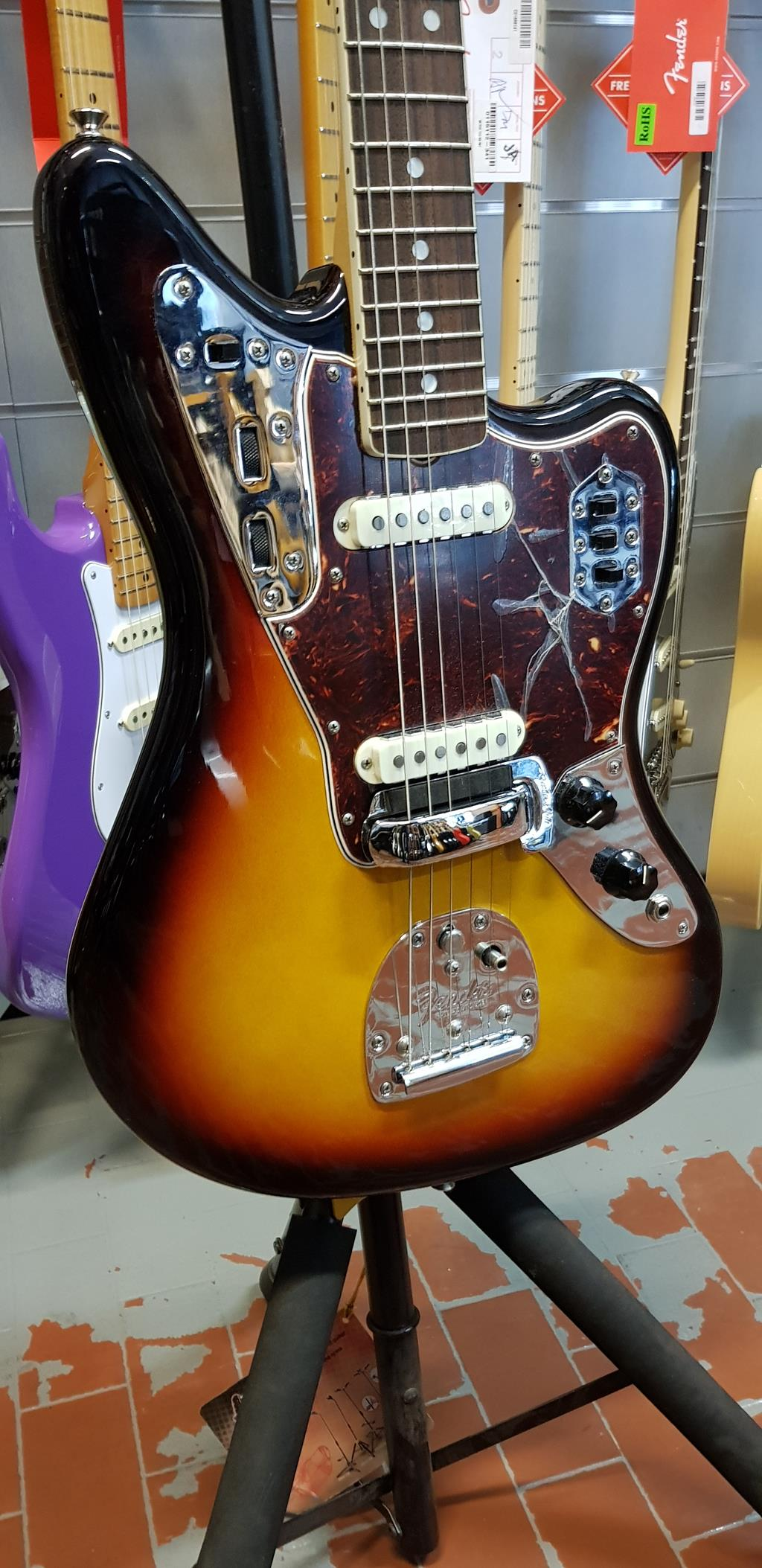 FENDER VINTAGE SERIES JAGUAR 65 SUNBURST .