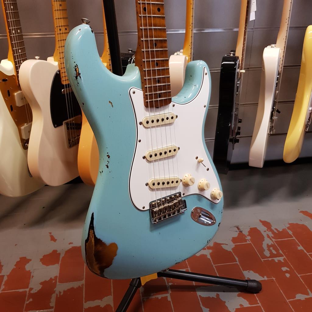 FENDER Limited Roasted Tomatillo Stratocaster Relic MN - Aged Daphne Blue over 2 Color Sunburst - Custom Shop 9235000874